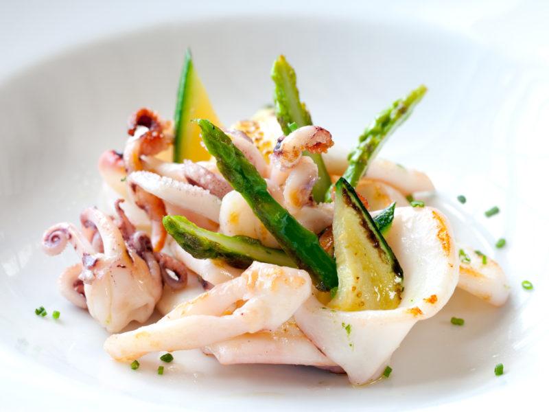 Sword Surgelati - Tagliata di calamari con vinaigrette al miele, colorata da asparagi e zucchine
