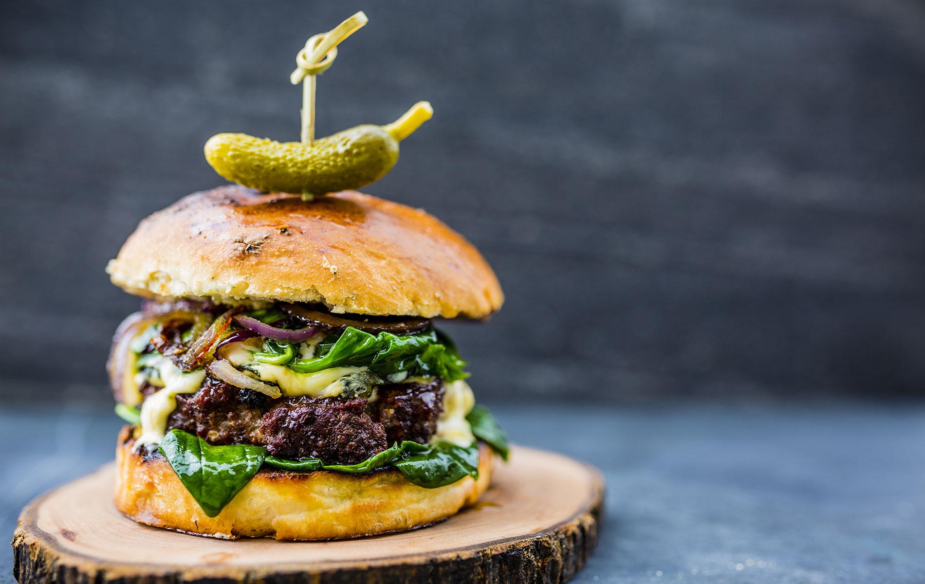 Eccezionale Hamburger gourmet con spinaci e cipollotti fritti, in salsa allo XF61